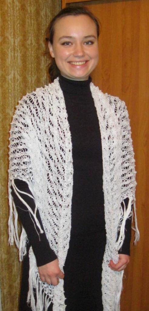 Вязание крючком белой шали.