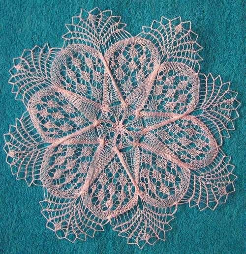 Вязание спицами салфеток: круглая с переплетенными петлями.