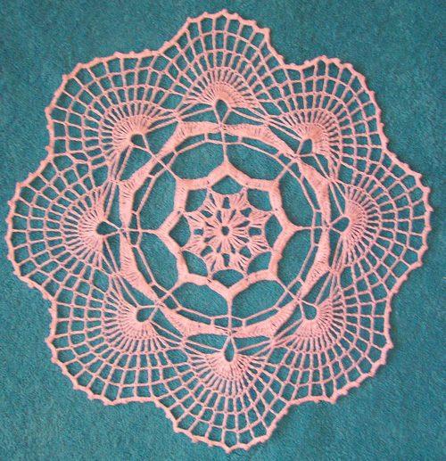 Вязание крючком салфетки круглой с веерными краями.