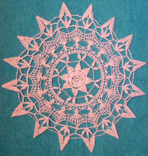 Вязание крючком салфетки с цветком в центре.