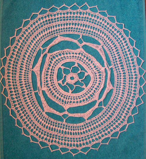 Вязание крючком салфетки белой круглой.