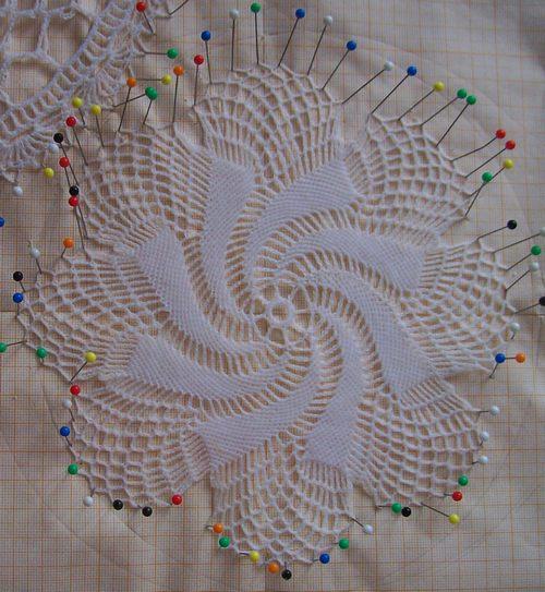 Вязание крючком салфетки со спиральным узором.